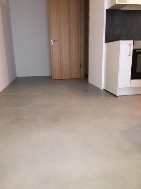 Nahezu fugenlose Bodenbeschichtung Wohnung Estrich