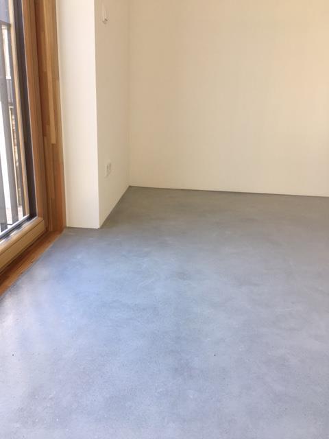Nahezu fugenlose Bodenbeschichtung Wohnhaus Estrich